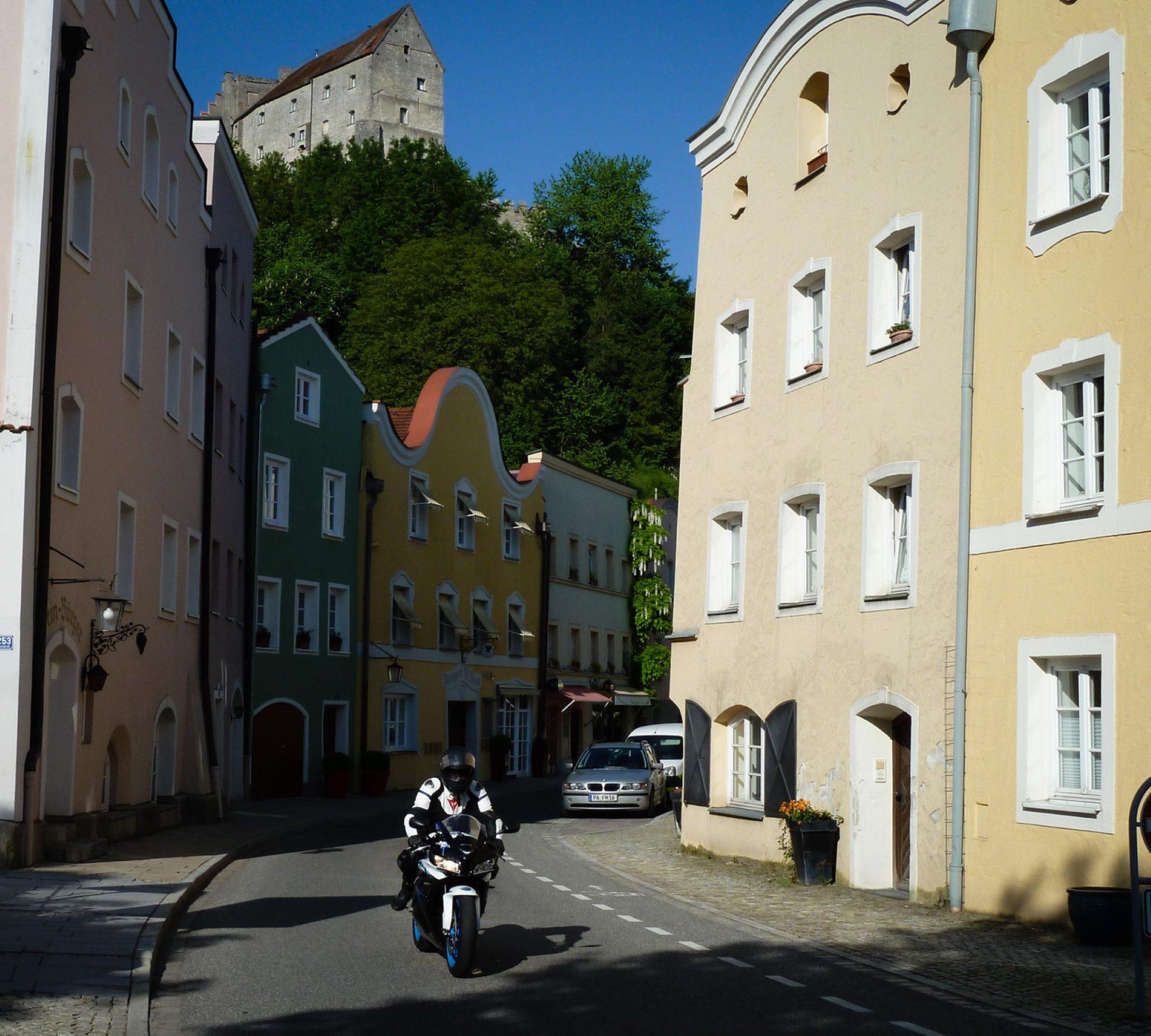 Mautnerstraße Burghausen mit Motorrad